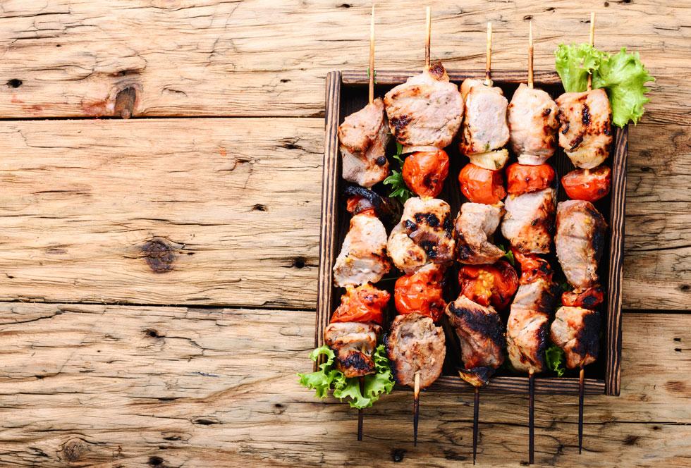 Grigliata mista al barbecue: gli spiedini di carne e verdura grigliata