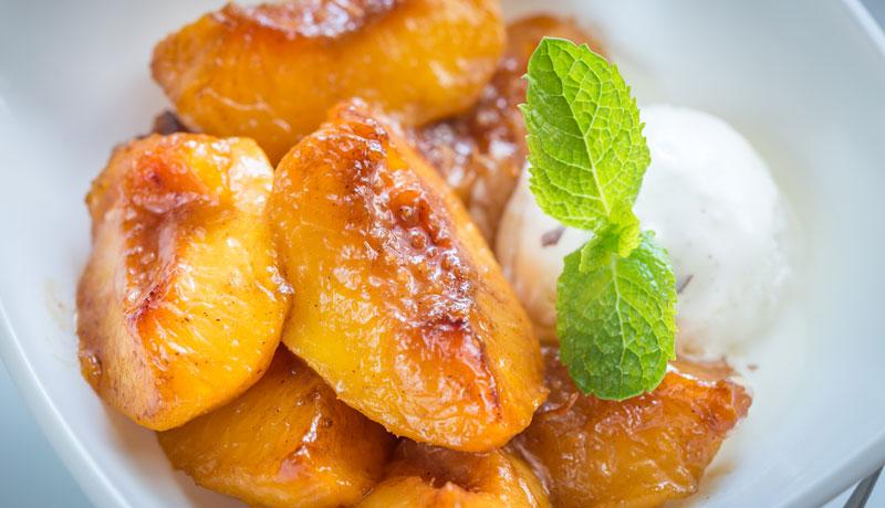 ricette vegetariane gustose da preparare con il barbecue Grilioo: pesche grigliate e gelato