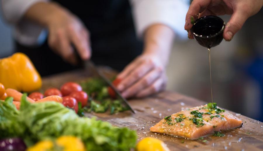 Salmone marinato e come preparare la marinatura del pesce con Grilioo